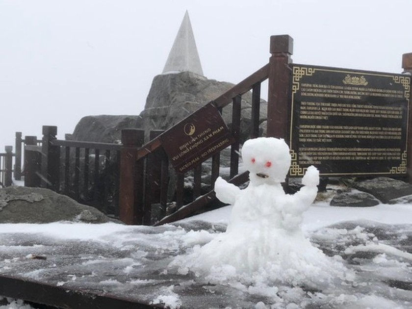 Snow, ice fully cover on top of Fansipan mountain ảnh 2