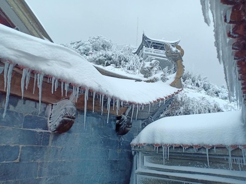 Snow, ice fully cover on top of Fansipan mountain ảnh 3