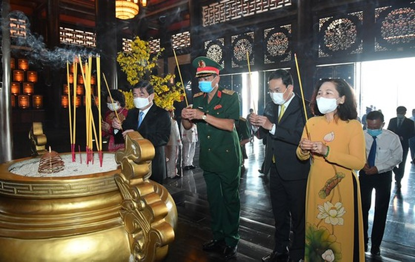 Senior leaders offer incenses at Sai Gon-Cho Lon-Gia Dinh Revolution Complex ảnh 2