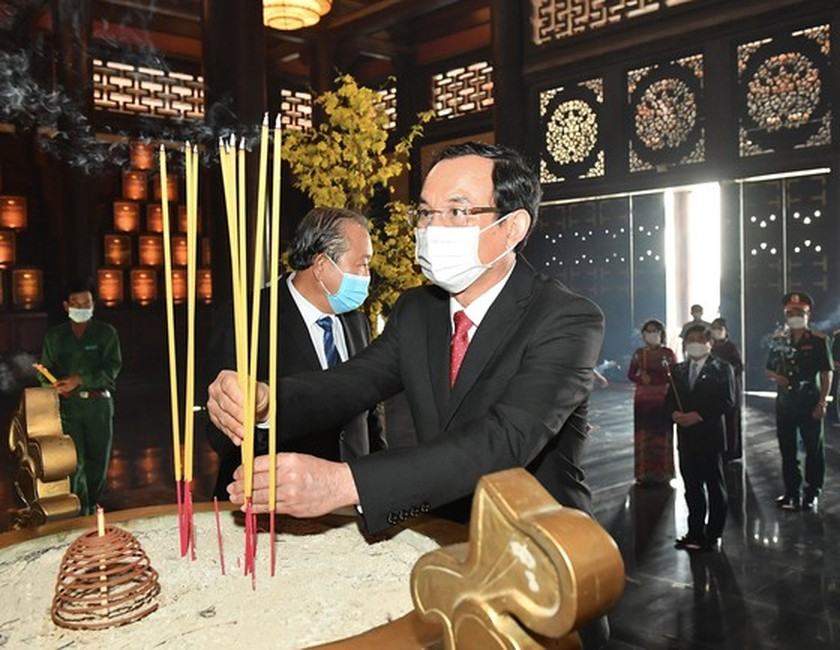Senior leaders offer incenses at Sai Gon-Cho Lon-Gia Dinh Revolution Complex ảnh 1