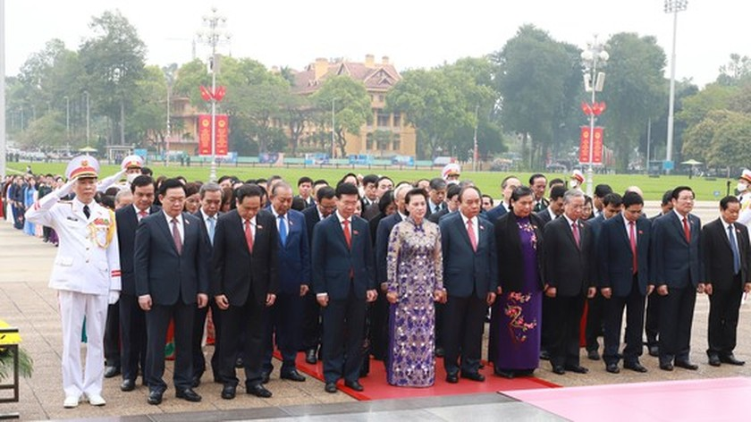 Party, State leaders visit President Ho Chi Minh's Mausoleum ảnh 3