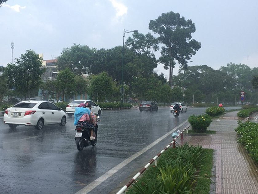 Torrential rain pours down on Ho Chi Minh City ảnh 2