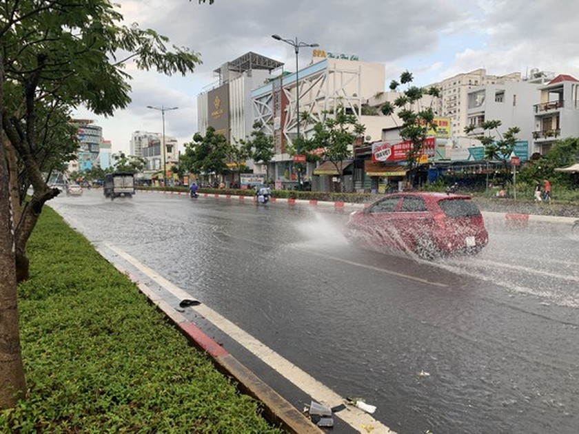 Torrential rain pours down on Ho Chi Minh City ảnh 1