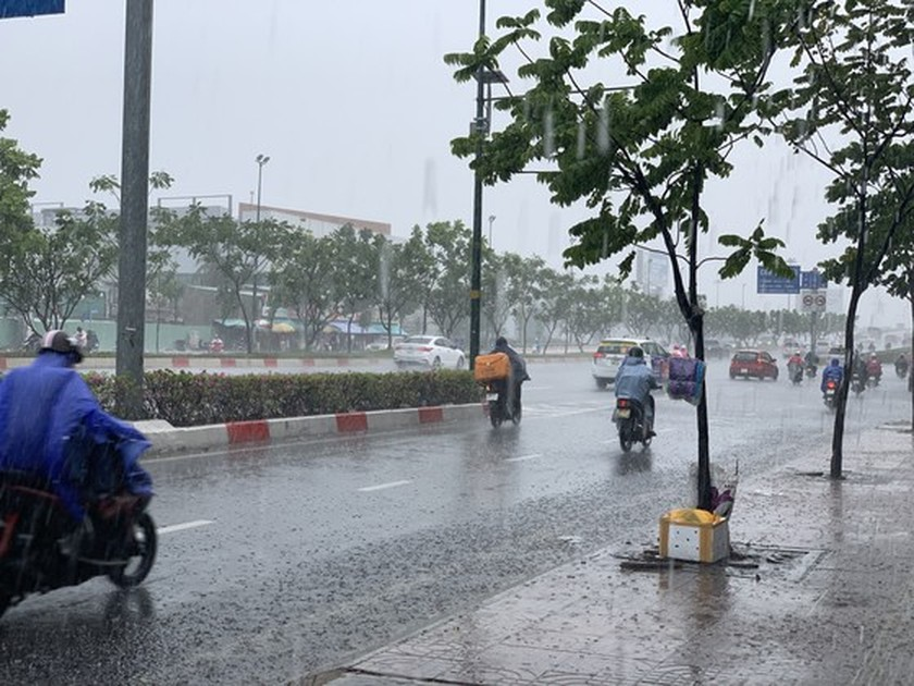 Torrential rain pours down on Ho Chi Minh City ảnh 3