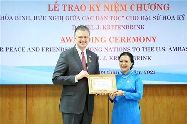 VUFO presents friendship insignia to US ambassador ảnh 1