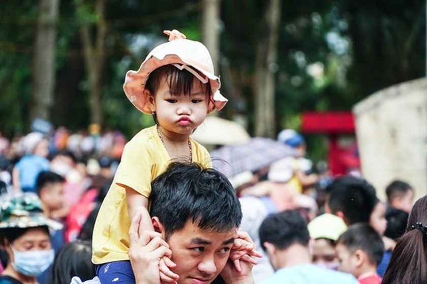 Hanoi residents gather at Thu Le park on Hung Kings Commemoration Day ảnh 2