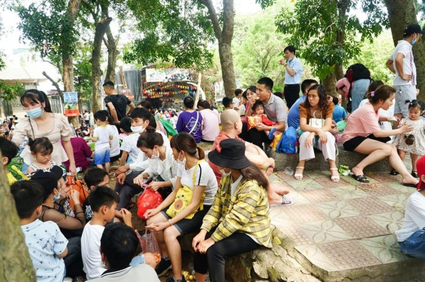 Hanoi residents gather at Thu Le park on Hung Kings Commemoration Day ảnh 5