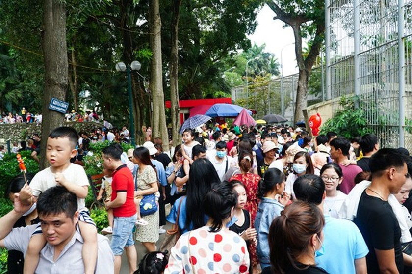 Hanoi residents gather at Thu Le park on Hung Kings Commemoration Day ảnh 4