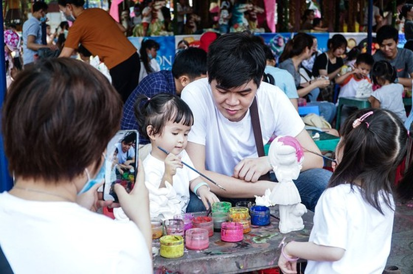 Hanoi residents gather at Thu Le park on Hung Kings Commemoration Day ảnh 7