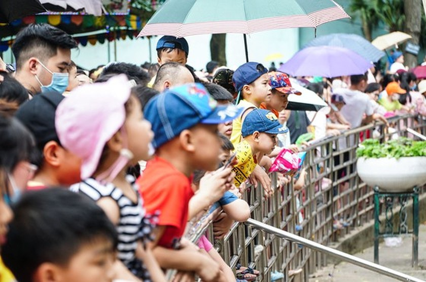 Hanoi residents gather at Thu Le park on Hung Kings Commemoration Day ảnh 8