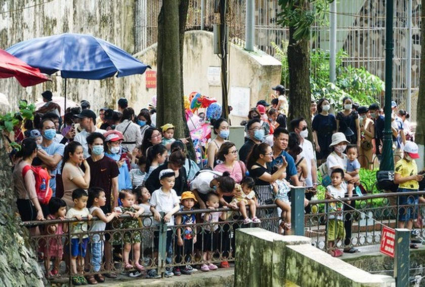 Hanoi residents gather at Thu Le park on Hung Kings Commemoration Day ảnh 9