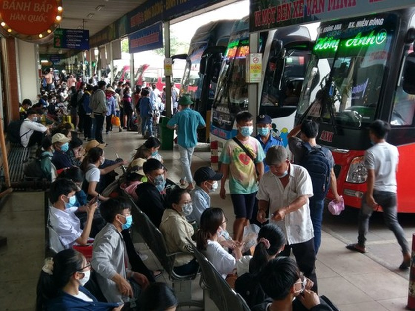 Coach stations overloaded as people return home on holidays ảnh 1