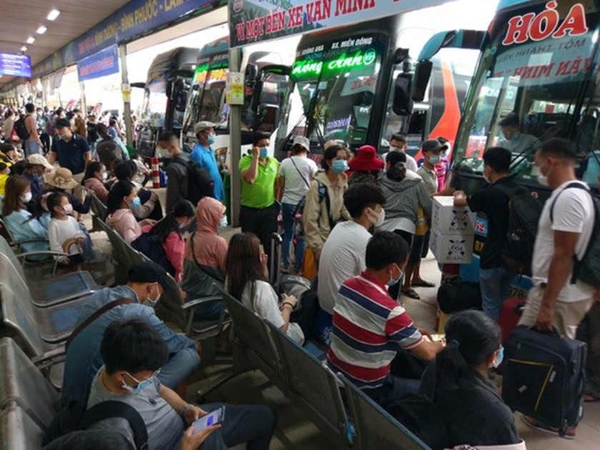 Coach stations overloaded as people return home on holidays ảnh 3