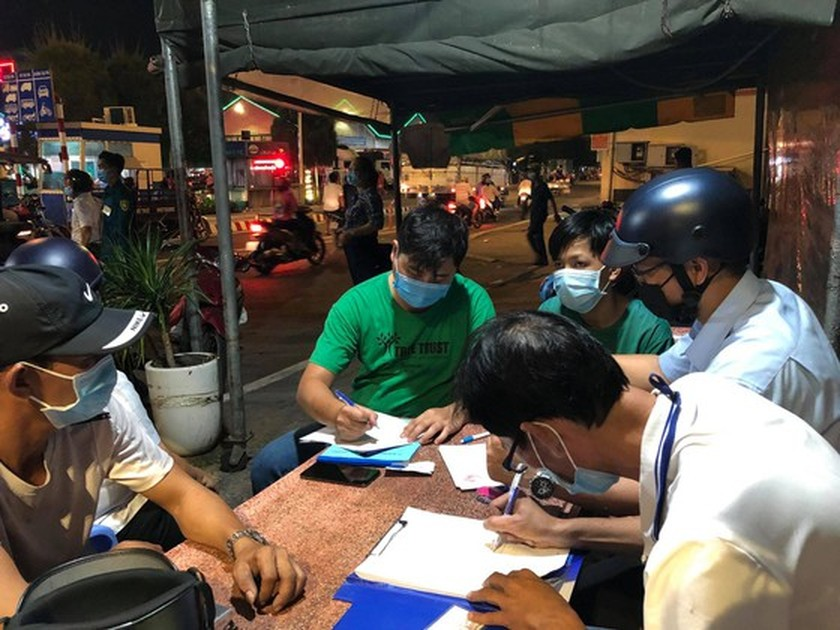 Functional forces fine people without facial masks at Thu Duc wholesale market ảnh 2