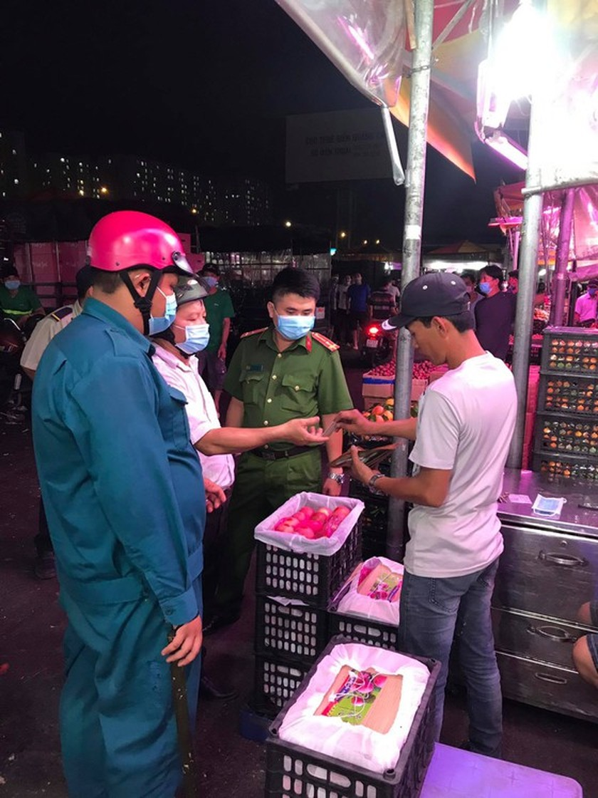 Functional forces fine people without facial masks at Thu Duc wholesale market ảnh 3