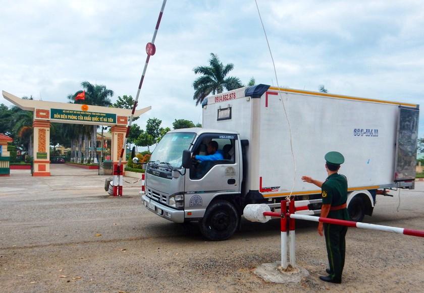 HCMC gives long An, Binh Phuoc US$104,000 financial aid to fight Covid-19 ảnh 1