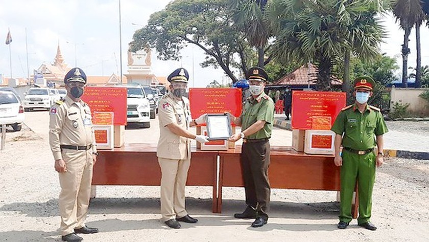 Police of HCMC, Long An offer financial aid, medical equipment to Cambodia ảnh 1