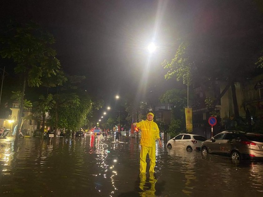 Torrential downpour submerges many streets in Hanoi ảnh 9