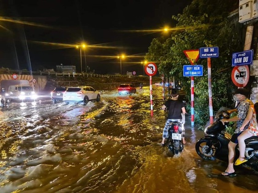 Torrential downpour submerges many streets in Hanoi ảnh 1