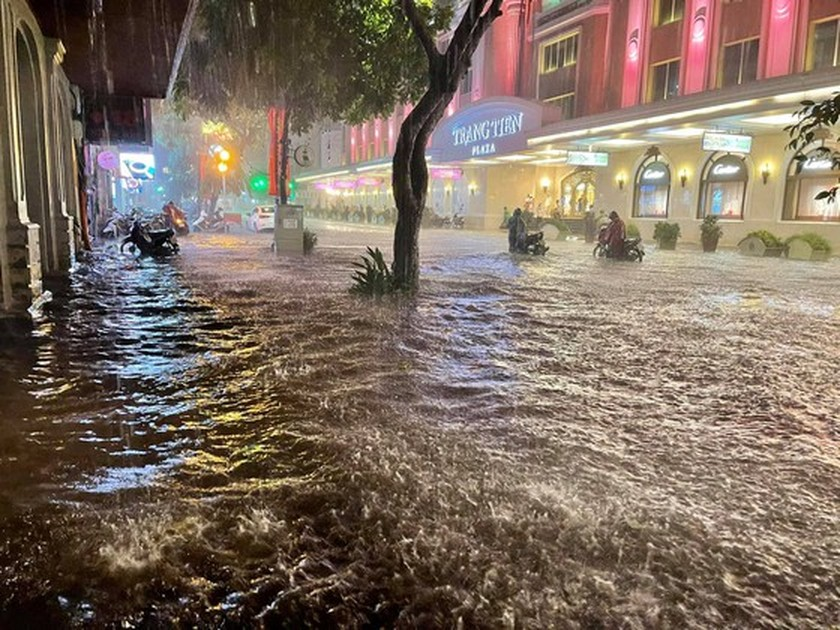 Torrential downpour submerges many streets in Hanoi ảnh 2