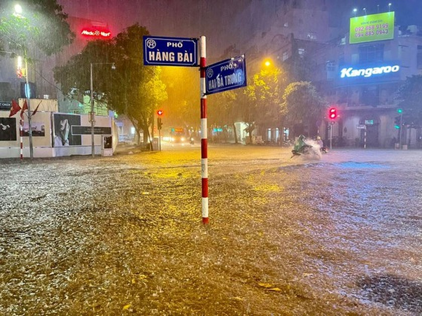 Torrential downpour submerges many streets in Hanoi ảnh 5