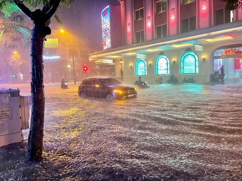 Torrential downpour submerges many streets in Hanoi ảnh 4