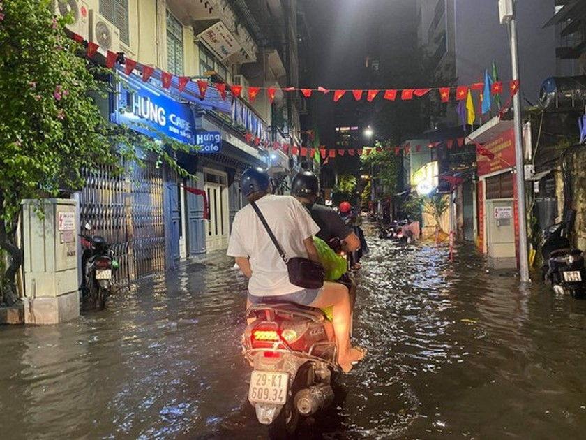 Torrential downpour submerges many streets in Hanoi ảnh 3