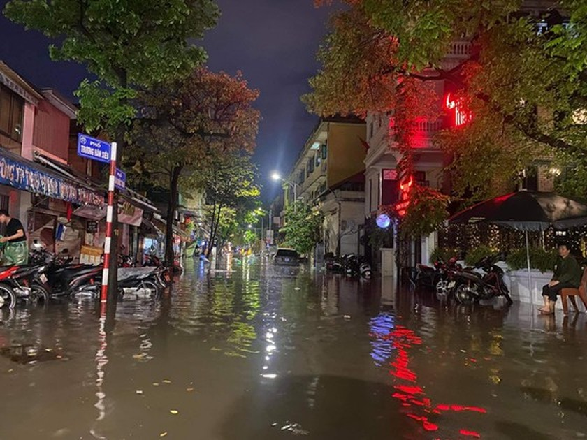 Torrential downpour submerges many streets in Hanoi ảnh 6