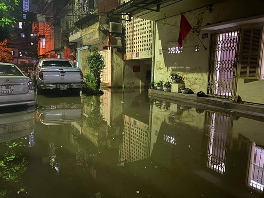 Torrential downpour submerges many streets in Hanoi ảnh 7