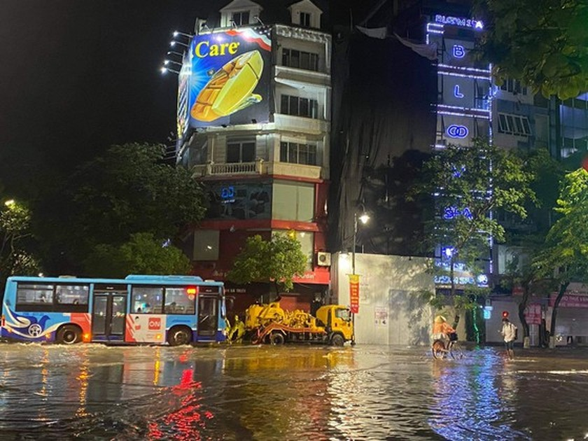 Torrential downpour submerges many streets in Hanoi ảnh 8