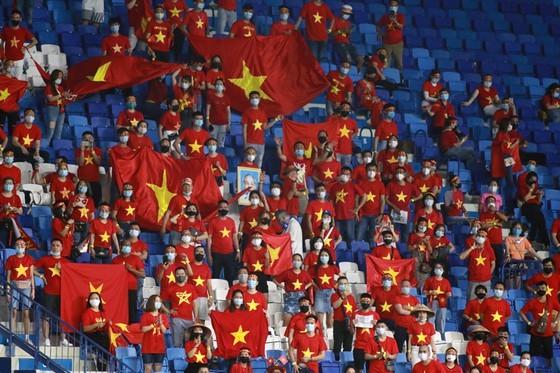 Vietnamese football fans buy tickets for Vietnam-UAE match  ảnh 1