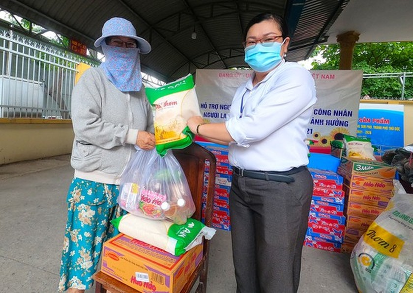 SGGP Newspaper continues to provide 10 tons of rice to Covid-19 hit people  ảnh 2