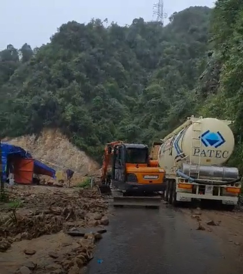 Serious landslide occurs on O Quy Ho mountain pass after torrential rain  ảnh 6