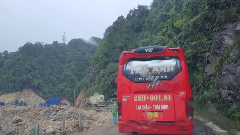 Serious landslide occurs on O Quy Ho mountain pass after torrential rain  ảnh 7