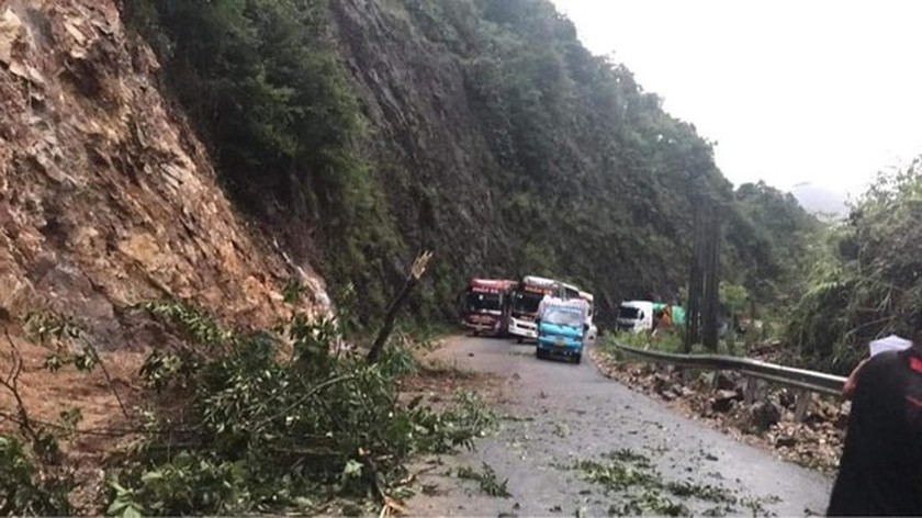Serious landslide occurs on O Quy Ho mountain pass after torrential rain  ảnh 5