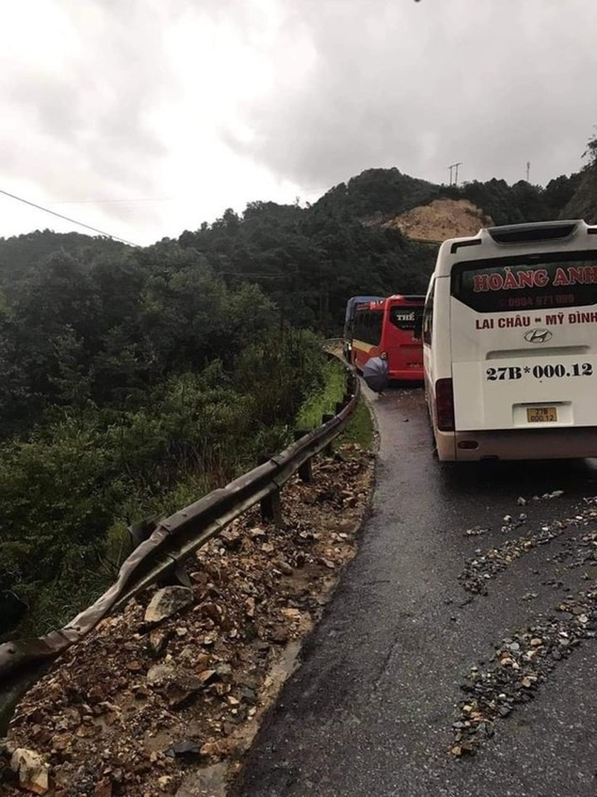 Serious landslide occurs on O Quy Ho mountain pass after torrential rain  ảnh 4