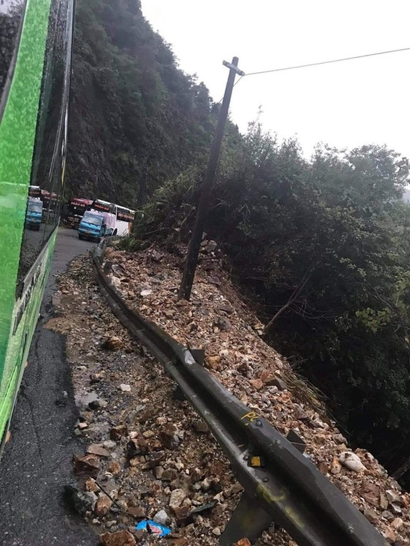 Serious landslide occurs on O Quy Ho mountain pass after torrential rain  ảnh 3
