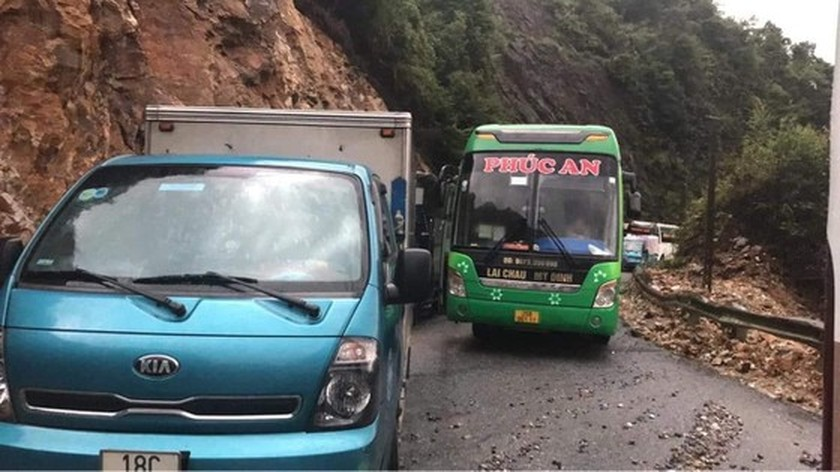 Serious landslide occurs on O Quy Ho mountain pass after torrential rain  ảnh 2