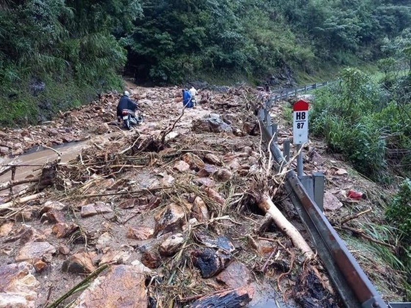 Serious landslide occurs on O Quy Ho mountain pass after torrential rain  ảnh 1