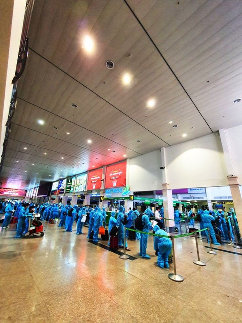 First flight carries 197 returners from Ho Chi Minh City to Binh Dinh   ảnh 4