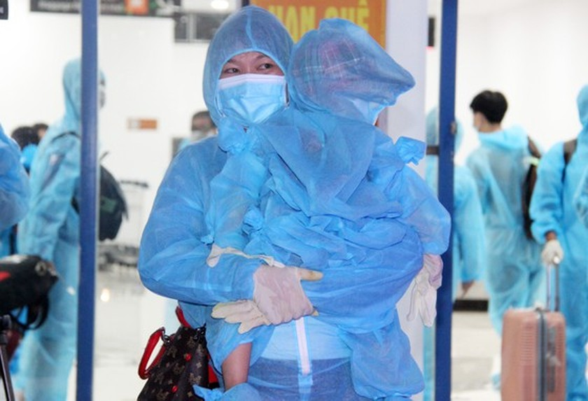 First flight carries 197 returners from Ho Chi Minh City to Binh Dinh   ảnh 12