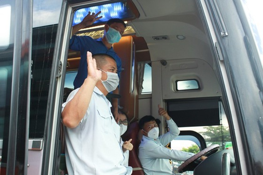 Central provinces continue bringing home residents trapped in HCMC  ảnh 5
