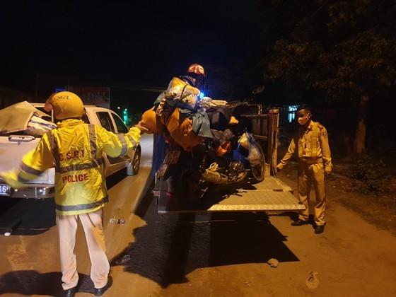 Police overnight guide motorbikes from HCMC to travel through Hai Van Pass ảnh 4