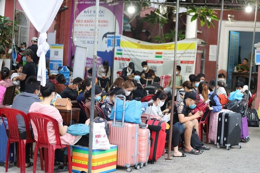 Central provinces continue bringing home residents trapped in HCMC  ảnh 1