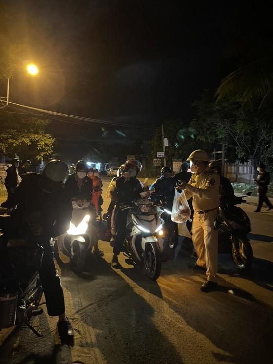 Police overnight guide motorbikes from HCMC to travel through Hai Van Pass ảnh 6