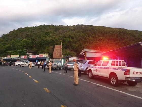 Police overnight guide motorbikes from HCMC to travel through Hai Van Pass ảnh 1