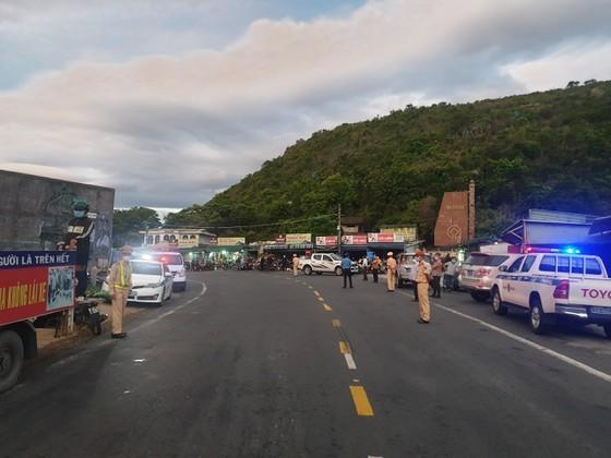 Police overnight guide motorbikes from HCMC to travel through Hai Van Pass ảnh 2