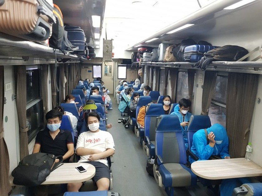 Railway sector runs more trains bringing home returners from HCMC ảnh 1