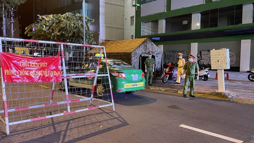 Armed forces open patrol to control Covid-19 pandemic in HCMC   ảnh 11