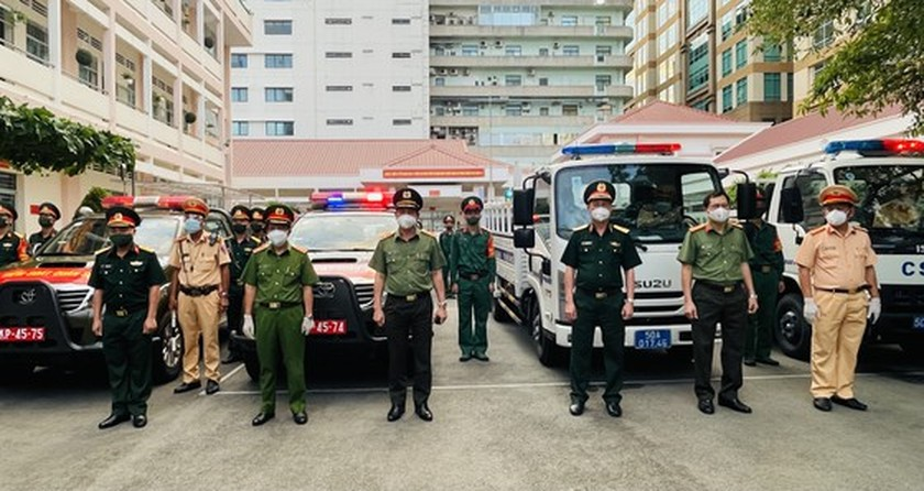 Armed forces open patrol to control Covid-19 pandemic in HCMC   ảnh 3
